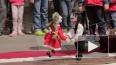 В центре петербуржцев развлекают куклы разных наций