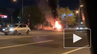 BMW врезался в столб и загорелся на перекрестке КИМа и Уральской