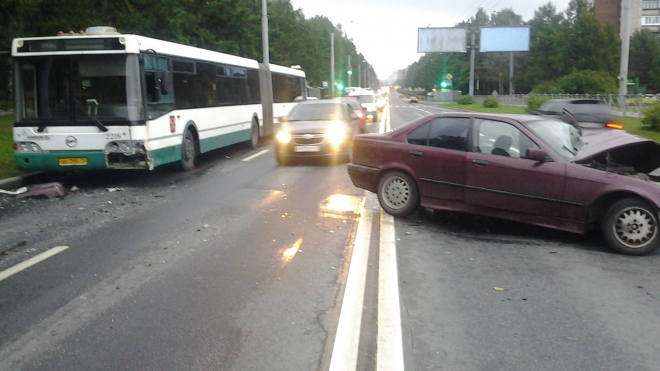 Рейсовый автобус столкнулся с BMW, водитель легковушки в реанимации