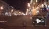 На Невском проспекте автомобиль врезался в мусорные баки и перевернулся на встречке
