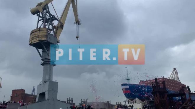 """Атомный ледокол """"Урал"""" спустили на воду в Петербурге: опубликовано видео"""