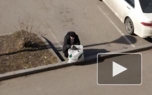На Васильевском острове пенсионер ежедневно убирает мусор рядом с ЗСД