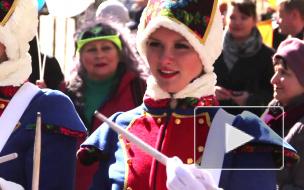 1 апреля клоуны с осликом весело хулиганили на Невском во славу Гоголя