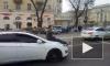 Видео: в Воронеже мужчина проехался на капоте автомобиля с бутылкой пива