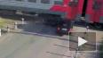 Видео: Электричка снесла половину автомобиля на переезде ...