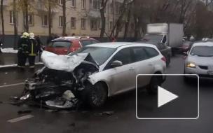 В Москве лобовое столкновение парализовало улицы в Тушино