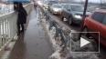 В Мурино потоп охватил пешеходный мост: люди лезут ...