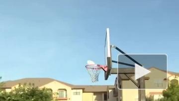 Парень попадает тарелкой фрисби в баскетбольное кольцо