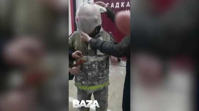 Российские пожарные потушили пожар при минус 54 на улице и покрылись льдом