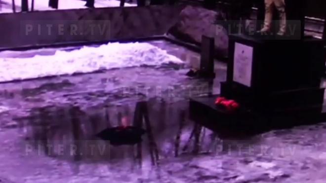 Появилось видео угасания Вечного огня в Красном Селе из-за потопа