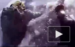 В сети опубликовано видео, как два туриста провалились под лед на Байкале
