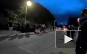 В Великобритании спорткар после столкновения влетел в зрителей подростков