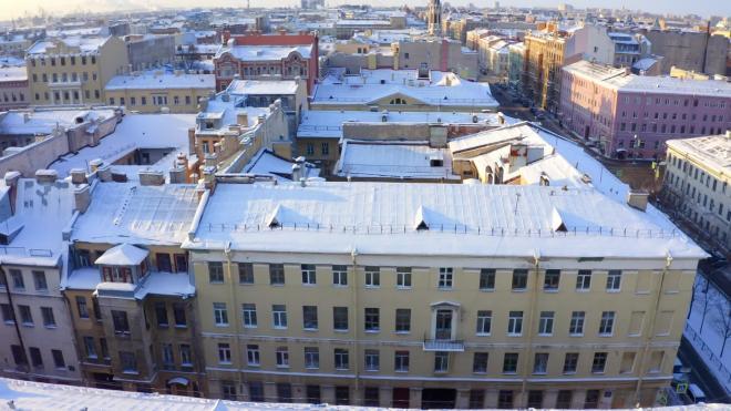 Коммунальщики Васильевского острова не успевают очищать крыши от снега