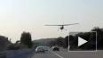 В Калифорнии самолет сел на проезжую часть в плотном ...