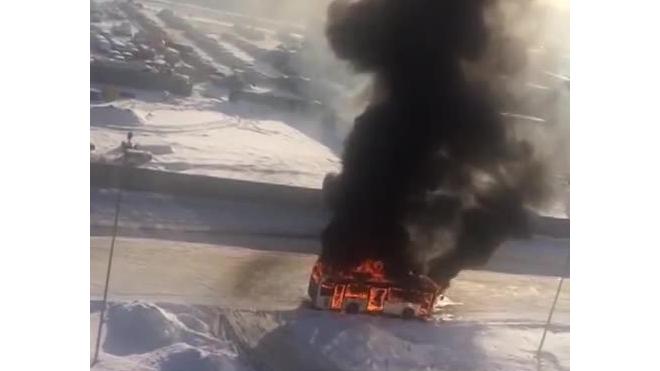 Видео: на Строителей полностью сгорел пассажирский автобус