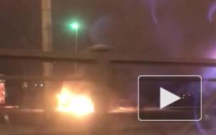 Видео: на Ленинском проспекте загорелась легковушка