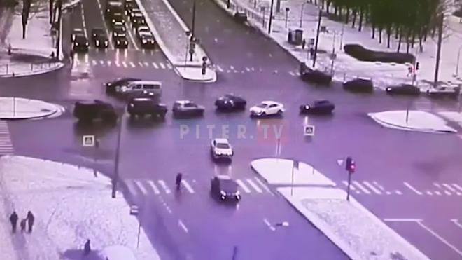 Видео: момент столкновения двух иномарок на перекрестке Луначарского и Светлановского