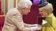 Королева Елизавета II впервые за 10 лет вручила награды ...