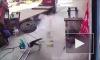 Видео: взорвавшаяся шина отбросила маленького мальчика на несколько метров