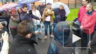 Петербуржцы под дождем провели народный сход против застройки Муринского парка