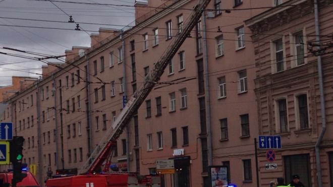 Видео: на Невском загорелась квартира
