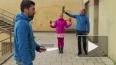 Хит YouTube: ловкая блондинка ловит ножи ракетками ...
