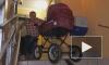 Житель Невского района вынужден спускать детскую коляску на коленях из-за неработающего подъемника
