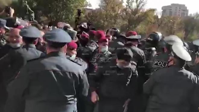 В центре Еревана начались стычки оппозиционеров с полицией