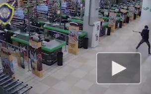 Видео из Бреста: Парень ворвался с топором в супермаркет, разгромил витрины и новенький авто