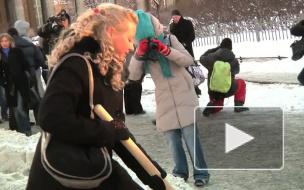 Мини-юбками по снежным кучам. Девушки из «XZ» зазывали богатых иностранцев лопатами