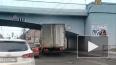 "Два грузовика застряли под ""мостами глупости"" в Петербур..."