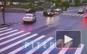 ДТП на перекрестке Комендантского и Шаврова мешает движению машин