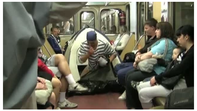 Турист в вагоне метро
