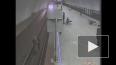 Полицейский рискуя жизнью спас пассажира метро упавшего ...