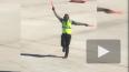 Танцующий регулировщик полетов покорил Интернет