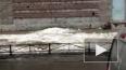 Видео: на Королева снег сбрасывают на тротуар