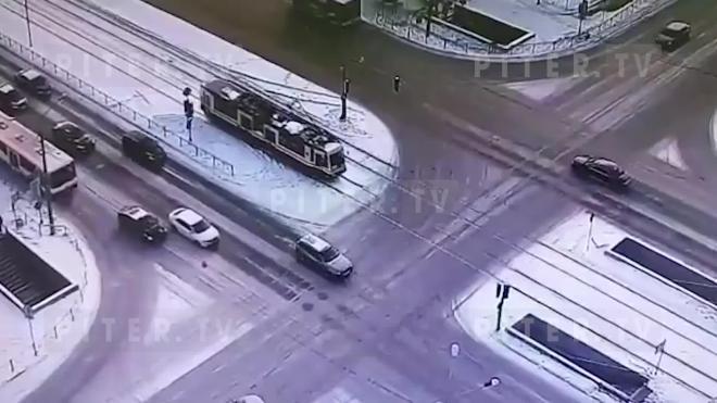 Авто врезалось в трамвай в Приморском районе