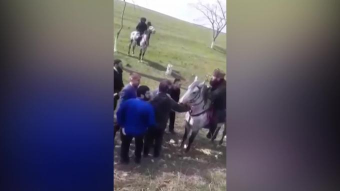 Полиция Дагестана остановила конный поход под чеченскими флагами