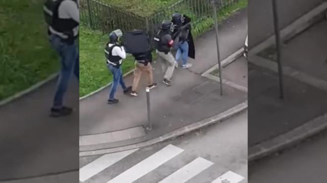 Видео: Во Франции неадекват взял в заложники беременную жену и 5 детей