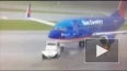 Видео: В США молния ударила в сотрудника аэропорта