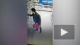 Видео: на проспекте Науки неизвестные за шиворотом ...