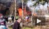 Видео: в Лисьем носу полыхали две жилых постройки и гараж