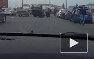Видео массового ДТП в Петербурге на Синопской набережной появилось в Сети