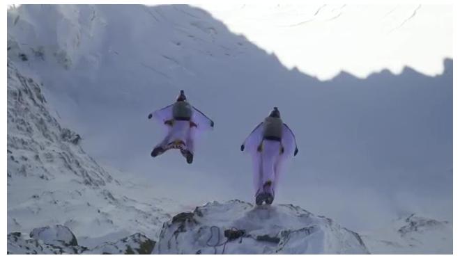 Немыслимое видео: Два француза запрыгнули в летящий самолет с горы