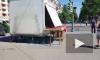 На севере Петербурга у ларька оторвалась металлическая конструкция