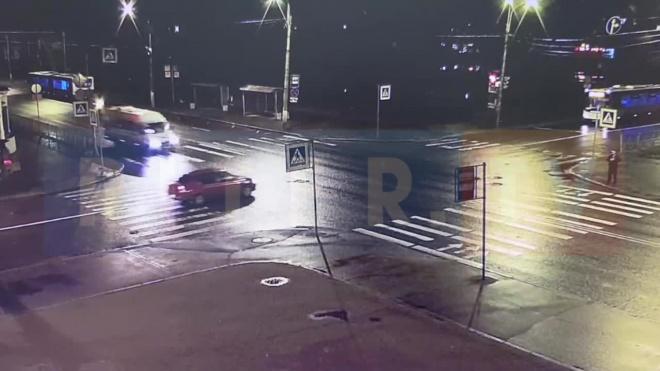 Момент аварии с маршруткой в Петергофе попал на видео