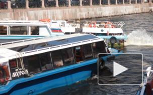 Видео: катер с пассажирами чудом увернулся от речного трамвайчика в Петербурге