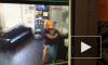 Видео: в Воронеже женщина украла картины из салона красоты