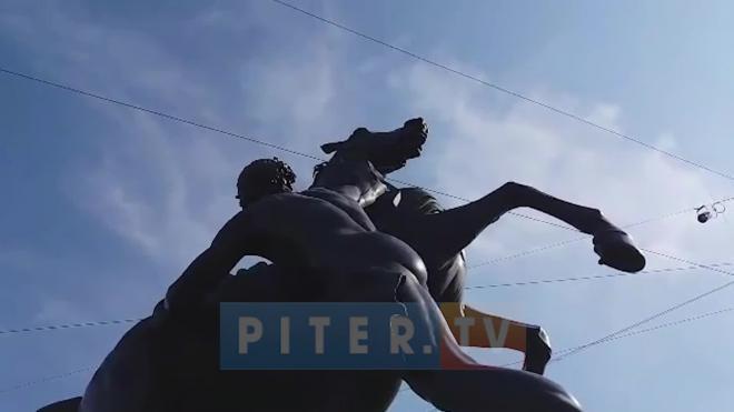 Коня на Аничковом мосту отреставрировали после налета вандалов
