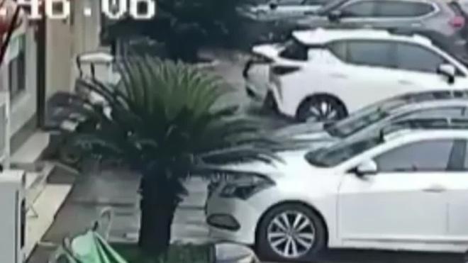 Китаец поймал на лету выпавшего из окна ребенка